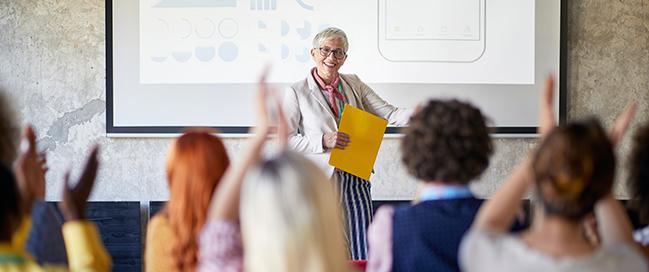 Präsentieren mit PowerPoint. Foto: luckybusiness / Adobe Stock