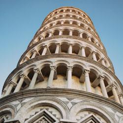 Der Turm ist schief - Adjektive und ihre Anwendung