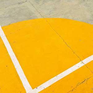 Farbige Markierung in einem Basketballfeld